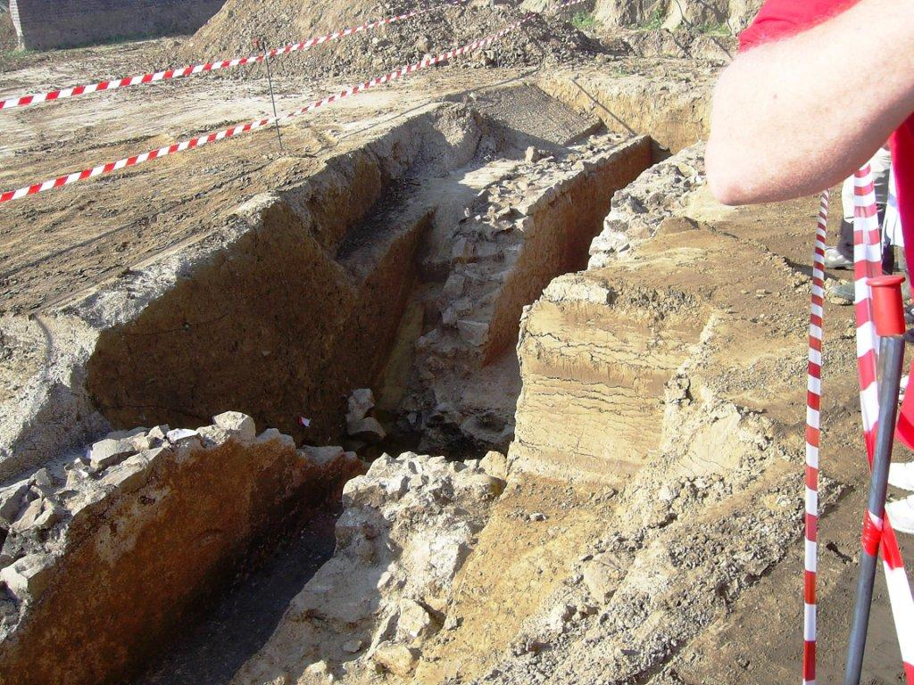 Famars-zone-de-fouilles-Un-aqueduc