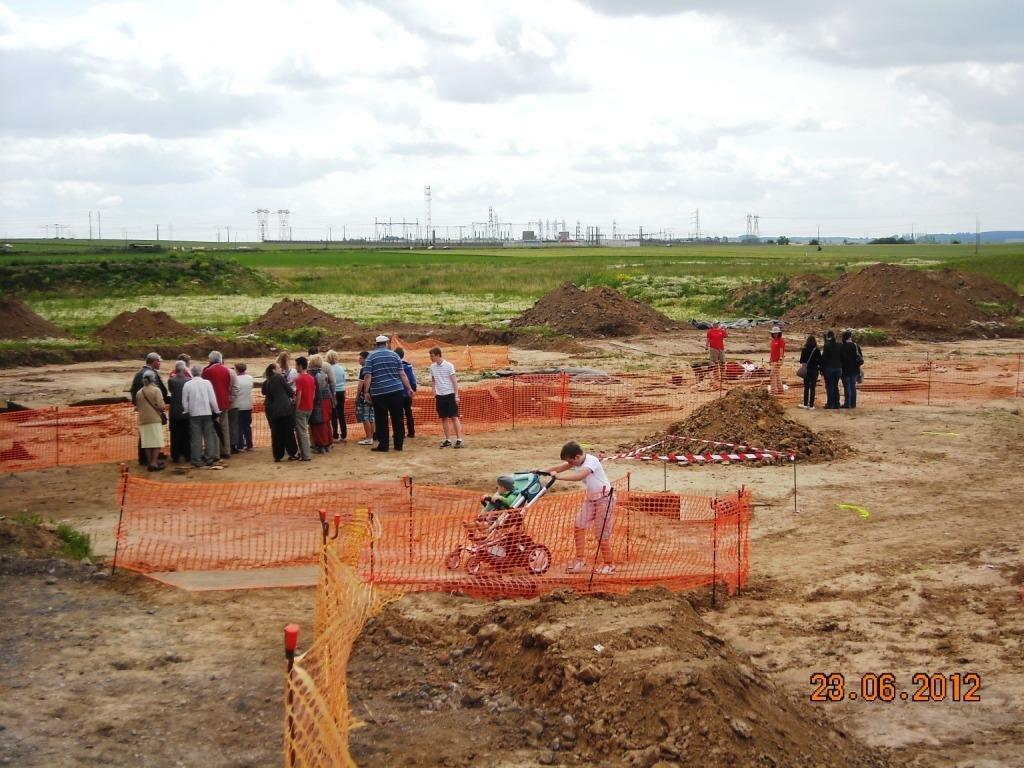 Les-premiers-visiteurs-Portes-ouvertes-fouilles-technopole-23-juin-2012